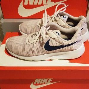 Girl's Nike Tanjun SIZE 4Y (GS)